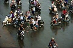人人群在高峰时间骑摩托车 库存照片
