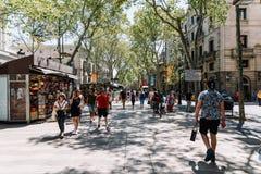 人人群在La兰布拉街上的中央巴塞罗那市 免版税图库摄影