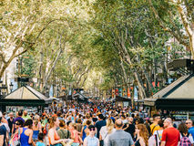人人群在La兰布拉街上的中央巴塞罗那市 免版税库存图片