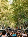 人人群在La兰布拉街上的中央巴塞罗那市 库存图片