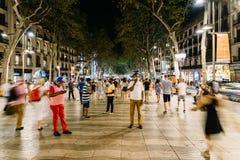 人人群在La兰布拉街上的中央巴塞罗那市 免版税库存照片
