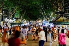 人人群在La兰布拉街上的中央巴塞罗那市 图库摄影