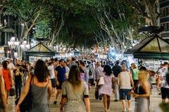 人人群在La兰布拉街上的中央巴塞罗那市 库存照片