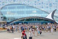 人人群大门的到海洋学和海军陆战队员Biolog被开放的中心里 库存照片