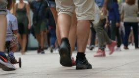人人群的脚步在事务去在大都会 人步行者步行十字架大城市 影视素材