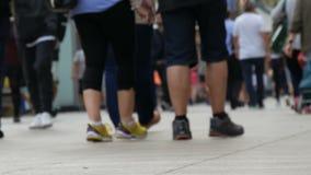 人人群的脚步在事务去在大都会 人步行者步行十字架大城市 股票录像