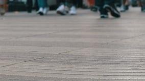 人人群的脚步在事务去在大都会 人步行者步行十字架大城市 股票视频