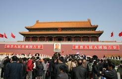 人人群聚集进入天安门门,北京 免版税图库摄影