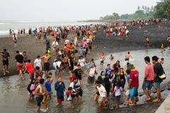 人人群黑沙子海滩的 免版税库存照片