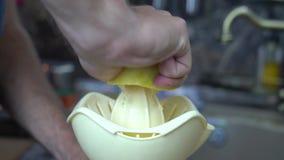 人从柠檬紧压汁液 股票录像