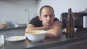 人以宿酒在桌上在厨房里 在当事人以后 影视素材