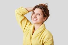 人们、健康、秀丽和护肤概念 喜悦的令人愉快的年轻女性模型在好心情在洗浴以后, dresse 库存图片