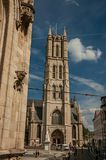人们、哥特式大厦和大教堂在跟特 库存照片
