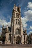 人们、哥特式大教堂和蓝天在跟特 库存照片
