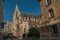 人们、哥特式教会胡同的和晴朗的蓝天在巴黎 免版税库存图片