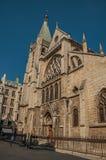 人们、哥特式教会胡同的和晴朗的蓝天在巴黎 免版税库存照片