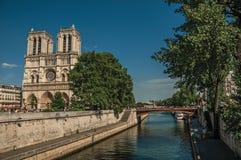 人们、塞纳河和哥特式巴黎圣母院在巴黎 免版税库存照片