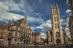 人们、大厦和哥特式大教堂在跟特 免版税库存图片
