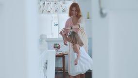 人们、家庭和乐趣概念-在家花费与母亲的愉快的女孩时间 股票录像
