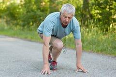 人们、年龄和体育刺激概念 强的准备好适合灰发的人开始跑步或种族,参加竞争, 免版税库存图片