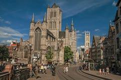 人们、老大厦和哥特式大教堂在跟特 免版税库存图片