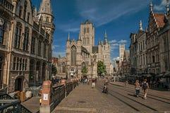 人们、老大厦和哥特式大教堂在跟特 免版税图库摄影