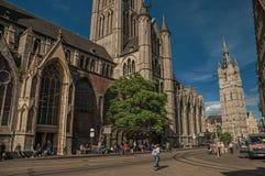 人们、老大厦和哥特式大教堂在跟特 库存照片