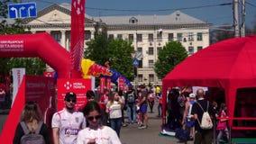 人们、马拉松的参加者和组织者在Zaporizhzhia,乌克兰,2019年4月27日 赛跑者的轨道, 股票录像