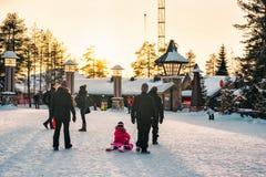 人们三塔村在日落的拉普兰斯堪的那维亚 免版税库存照片