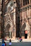 人们临近入口到史特拉斯堡大教堂 免版税库存图片