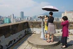 人们享受看法到从堡垒山的城市在澳门,中国 图库摄影