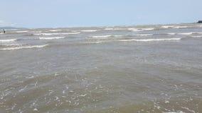 人们享用有天空蔚蓝和云彩的海滩站点 库存图片
