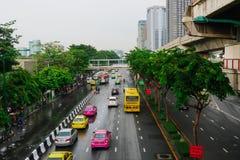 人们使用公共交通工具和汽车在曼谷通勤 库存图片