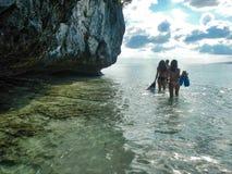 人们准备好潜航在王侯ampat archipela海岸  库存照片