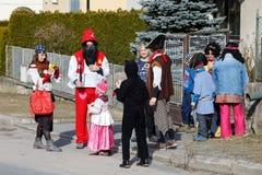 人们出席传统马索普斯特狂欢节 图库摄影