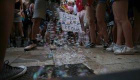 人们前进在LGBT自豪感庆祝期间在马略卡 库存图片