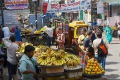 人们卖果子在街市上在乔德普尔城,印度 库存照片