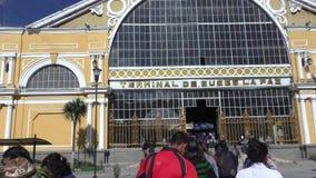 人们去中央汽车站,拉巴斯,玻利维亚 股票视频