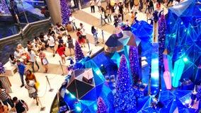 人们参观圣诞节节日和聚焦展示的装饰在SiamParagon购物中心,曼谷,泰国 股票视频