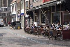 人们吃午餐在咖啡馆 库存图片