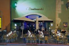 人们吃晚晚餐在一个街道咖啡馆在雷根斯堡,德国 库存照片