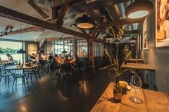 人们吃晚餐在文化中心Fotografiska餐馆与现代内部的 库存图片