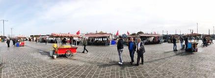 人们和供营商Eminonu的在伊斯坦布尔,土耳其摆正 图库摄影