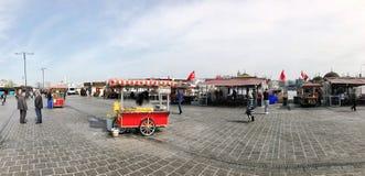 人们和供营商Eminonu的在伊斯坦布尔,土耳其摆正 库存图片