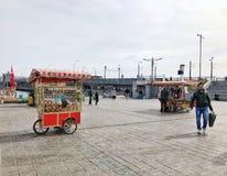 人们和供营商Eminonu的在伊斯坦布尔,土耳其摆正 库存照片