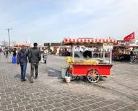人们和供营商Eminonu的在伊斯坦布尔,土耳其摆正 免版税库存照片