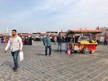 人们和供营商Eminonu的在伊斯坦布尔,土耳其摆正 免版税图库摄影