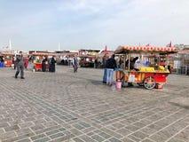 人们和供营商Eminonu的在伊斯坦布尔,土耳其摆正 免版税库存图片