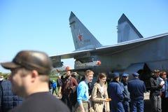 人们和俄国截击机与空中第37红色的MiG31BM RF-95448在一个晴天 特写镜头 库存照片
