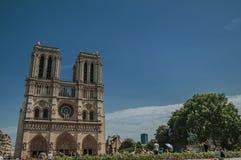 人们和哥特式巴黎圣母院在巴黎市中心 库存照片